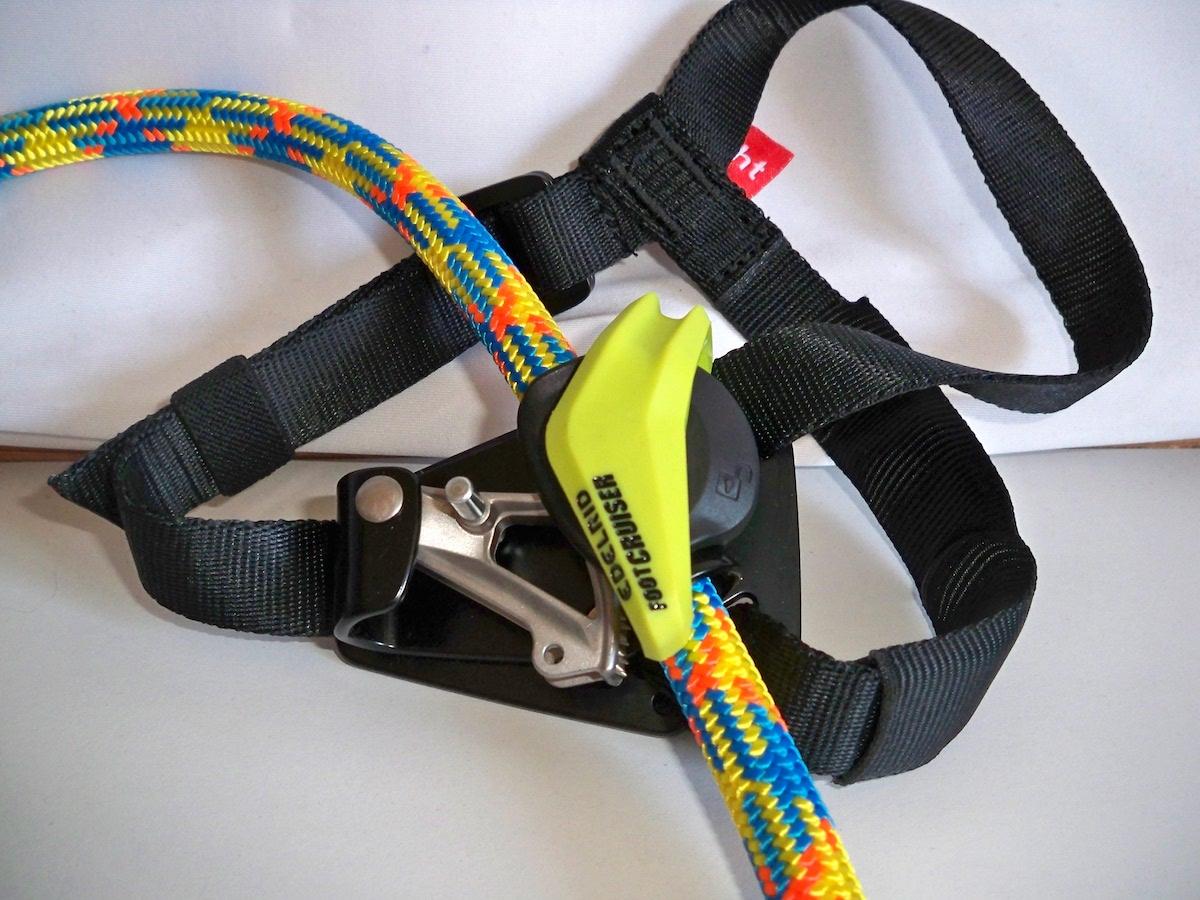 Foot Cruiser Fußsteigklemme mit eingelegtem Seil und offenem Verriegelungsbügel
